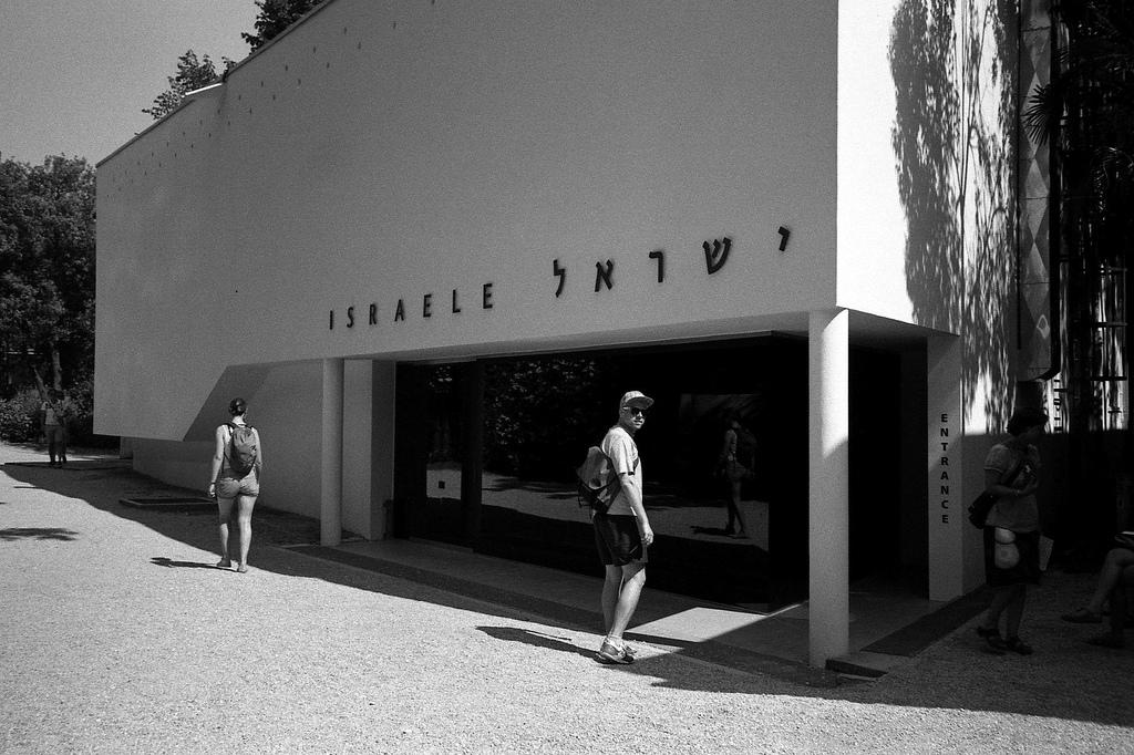 Ich vor dem israelischen Pavillon