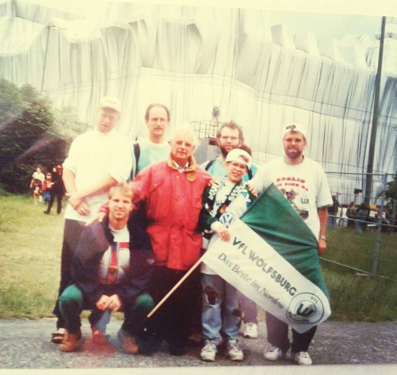Die Familie 1995 vor dem verhüllten Reichstag in Berlin